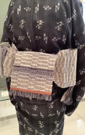 琉球絣キモノに岩崎訓久・悦子緯吉野織半巾帯 (2)